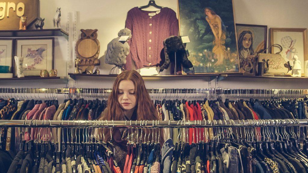 tweedehands winkelen is populairder en duurder: hoe ethisch is dat?